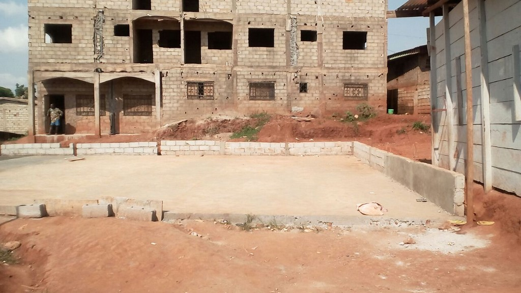 Evolution du chantier de construction d'un stade de sport pour enfants